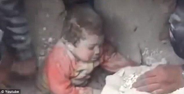 Ajaib, Bocah Palestina Ini Masih Hidup Setelah Tertimbun Reruntuhan Gedung yang Dibom Israel