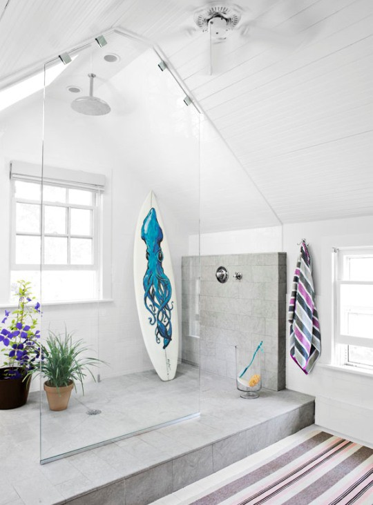 To da loos riding the wave in the bathroom takes on a for Surf decoration