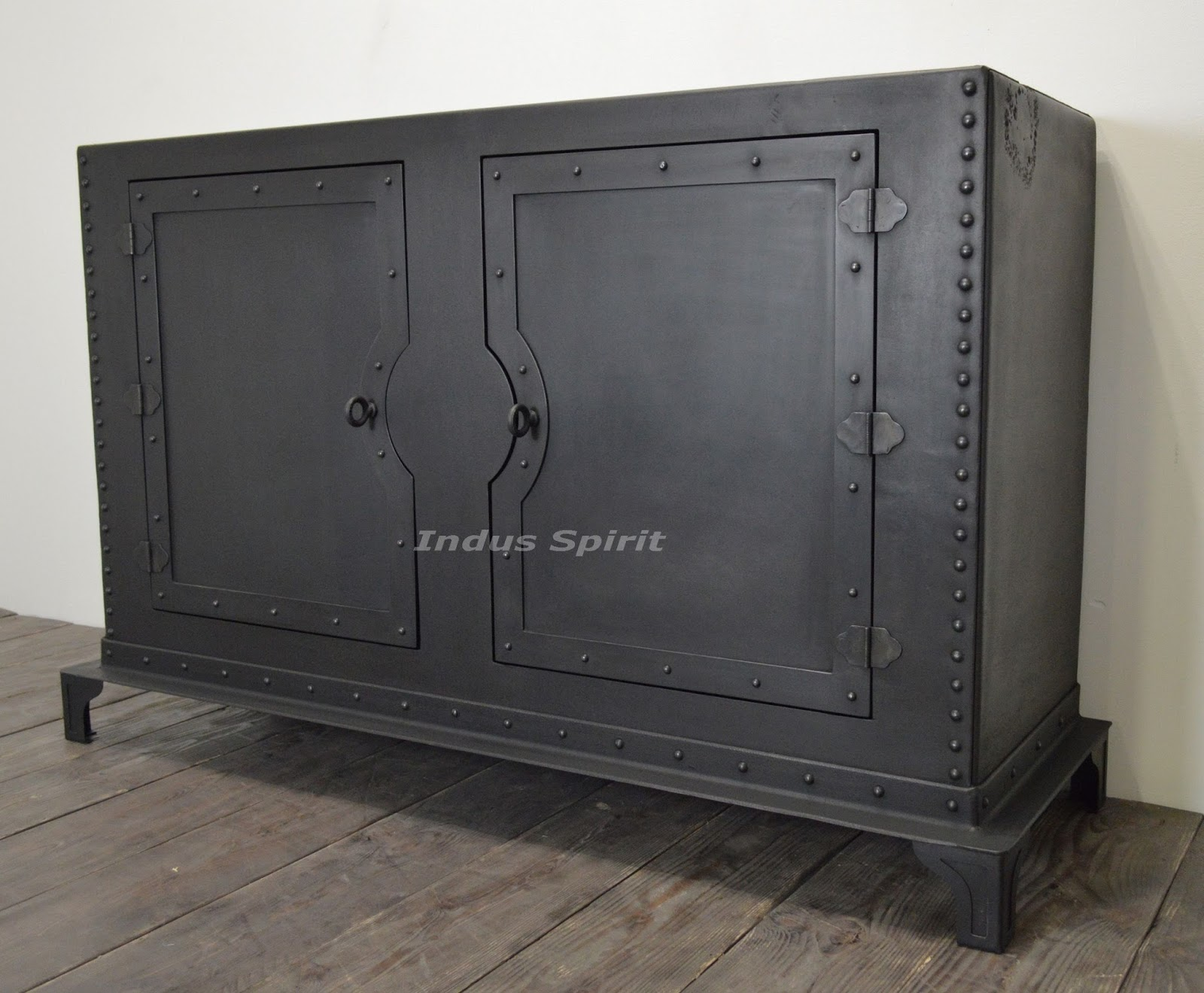 buffet industriel rivet. Black Bedroom Furniture Sets. Home Design Ideas