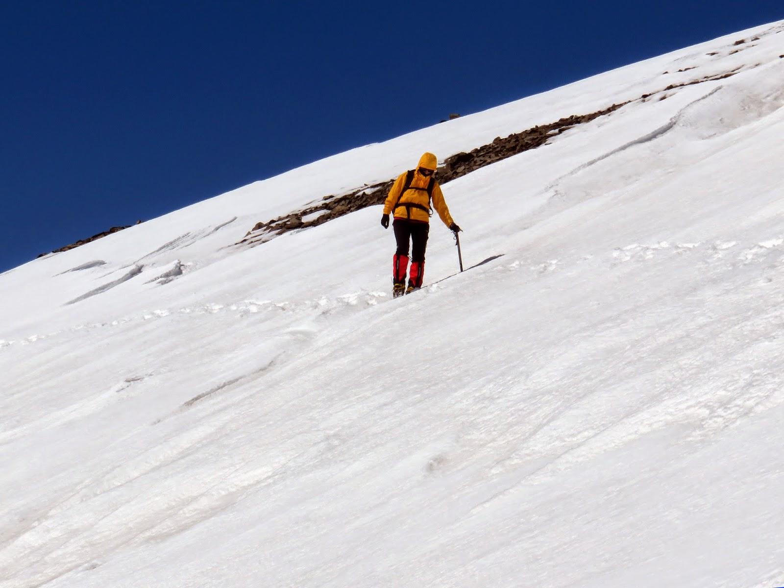 Descenso del Puigmal por la Serra del Borru en travesía expuesta en invierno.