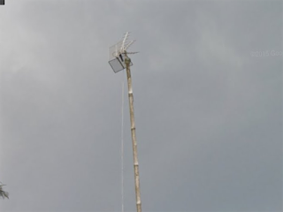 Akibat dari kabel yang tidak diikatkan pada tiang, sebentar lagi terjun bebas