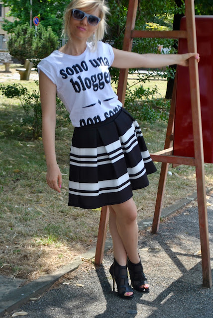 outfit bianco e nero come abbinare la gonna a ruota outfit gonna a ruota outfit gonna a righe come abbinare la gonna a righe abbinamenti gonna a righe t-shirt happiness mariafelicia magno fashion blogger colorblock by felym fashion blog italiani outfit estivi donna outfit estate 2015 outfit luglio summer outfit s summer outfits for girls