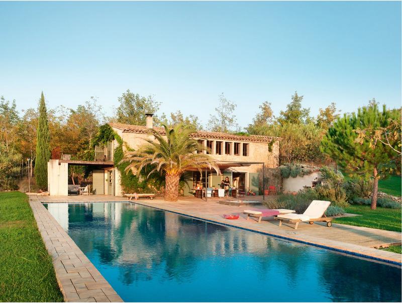 Casa tr s chic estilo de vida natural for Casas con piscina barcelona