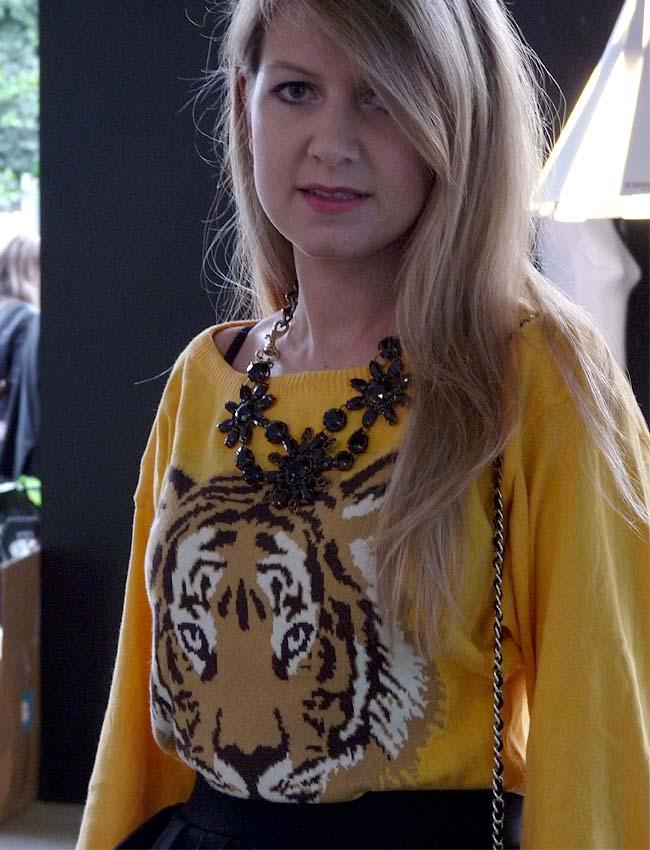 street style-como una aparición-agasuitcase-necklaces-knitwear-círculo de la moda de bogotá
