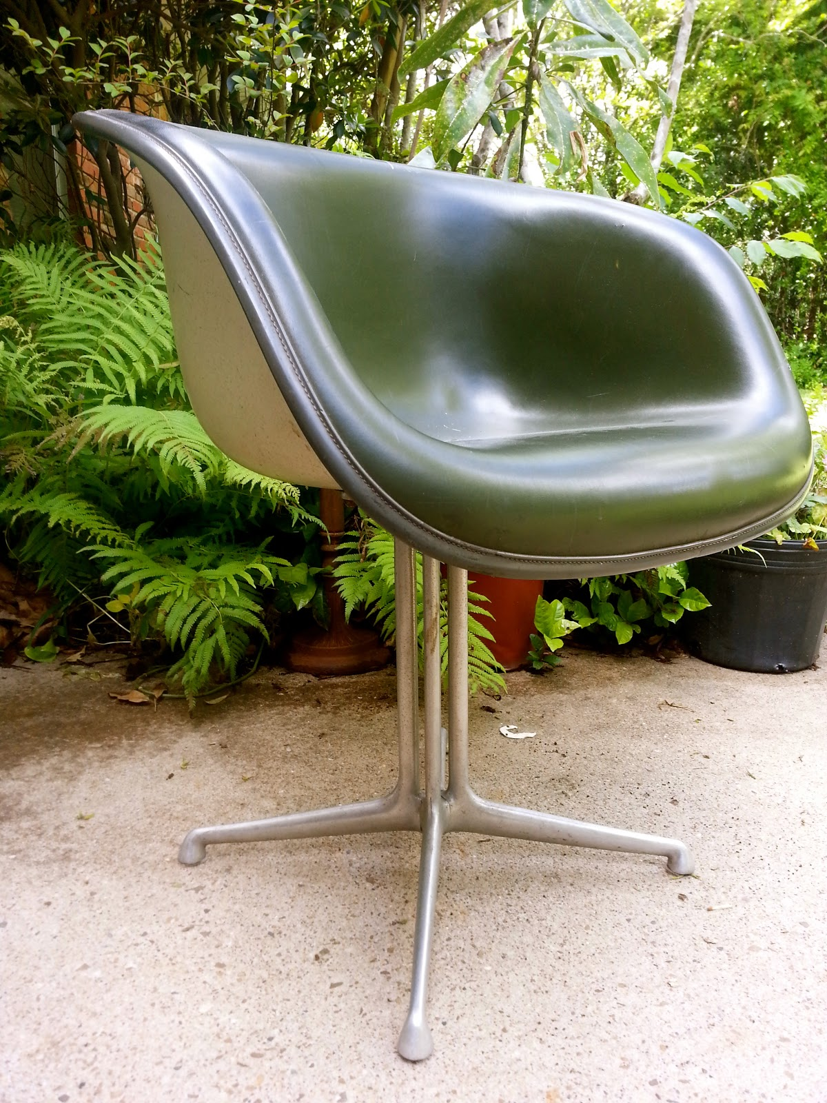 unjouruneeames mardi fauteuil eames herman miller. Black Bedroom Furniture Sets. Home Design Ideas
