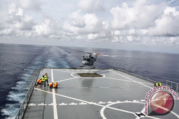Helikopter NBell TNI AL mendarat diatas kapal KRI Makassar 590 di kawasan Laut China Selatan