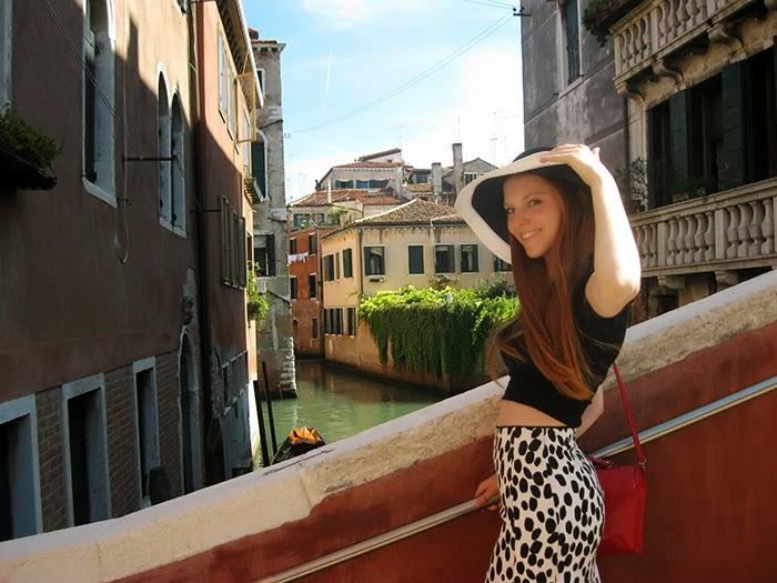 Fashion blogger Venice outfit monochrome hat Zara sandals