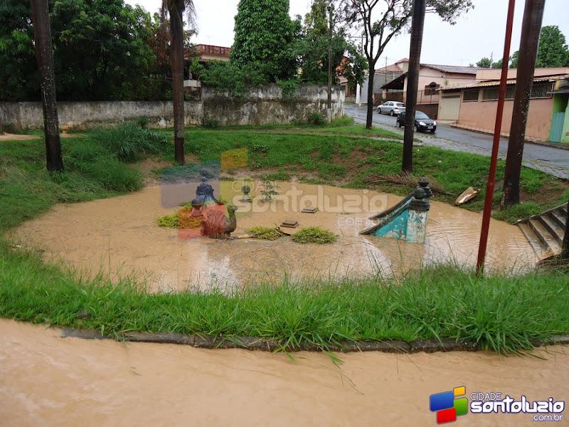 Coxita, figura de Santa Luzia nada na Fonte dos Camelos inundada em Santa Luzia (MG)