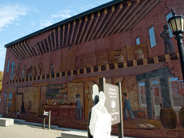 Fachada decorada como un antiguo almacén en la entrada al Erie Canal Museum