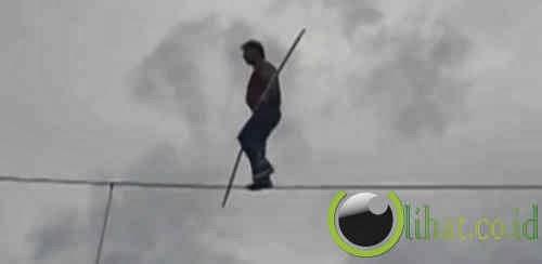 Berjalan di Atas Kabel