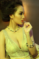 Huynh Bich Phuong Hot Cleavage show