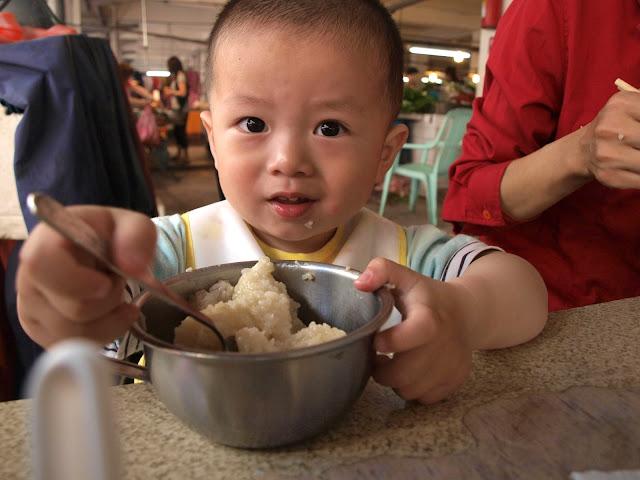 小朋友吃粽子