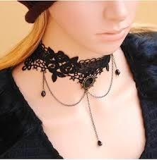 Es un nuevo término inglés para imprescindible este año, consistente en collares cortos y pegados al cuello.