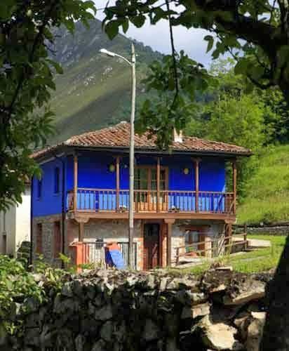 la casa es una vivienda tipo apartamento dispone de jardn privado con barbacoa decorada siguiendo un estilo atrevido y basado