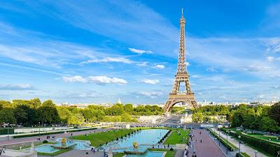 Torre Eiffel en París con fuentes de agua en los Campos Elíseos