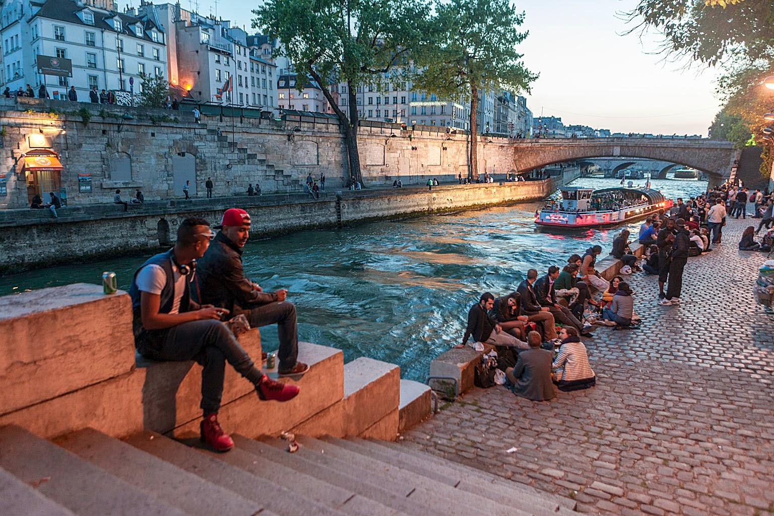 Jóvenes a orillas del Sena