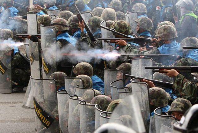 Homens do exército atirando
