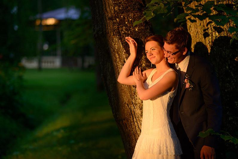 romantiška vestuvių fotosesija leidžiantis saulei