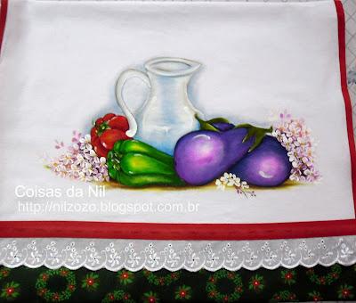 pano de copa com pintura de jarro de vidro com beringelas e pimentões