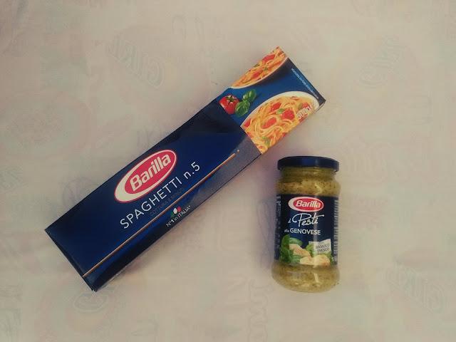Spaghettis italianos de la marca barilla y Salsa Pesto