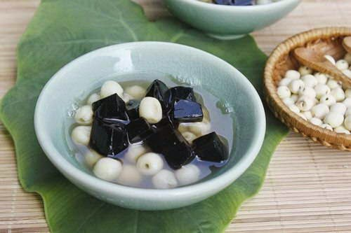 Lotus Seeds Sweet Soup with Grass Jelly (Chè Hạt Sen và Thạch Đen)