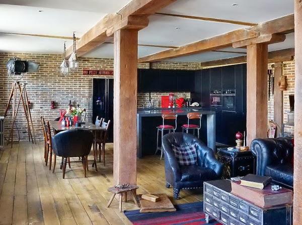 Strefa salonu w lofcie, podłoga z drewnianych desek, drewniane elementy konstrukcyjne