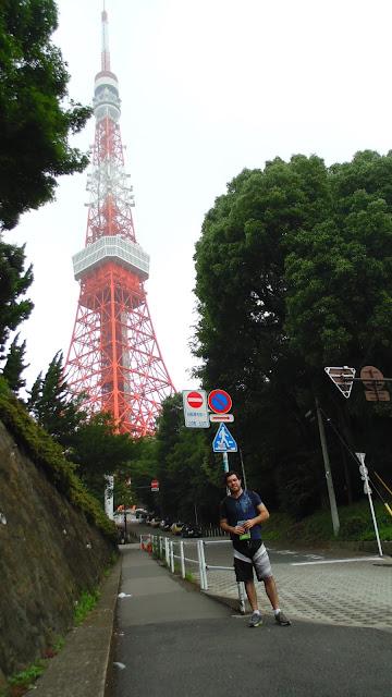 Vista na rua de acesso da Tokyo Tower