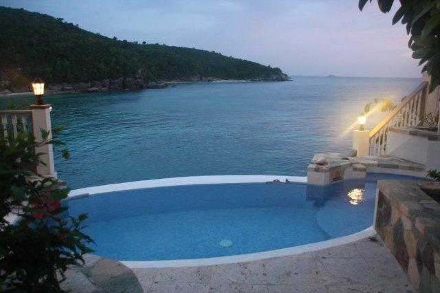 Piscina en una villa  del complejo hotelero Blue Waters en Antigua