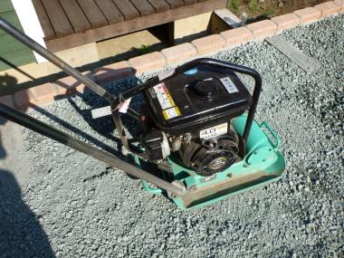 プレート 転圧 基礎 下地 砕石 レンガ 庭 ガーデン 敷き方 方法