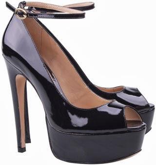 Luiza Barcelos inverno 2014 sandália maxi meia pata peep toe em verniz preto com pulseira no tornozelo para abotoar