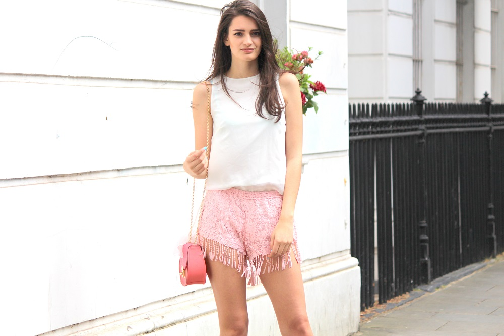 peexo fashion blogger wearing pink fringe shorts and mini bag