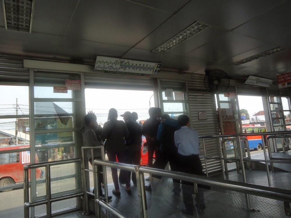 Nagntri di Halte Bus Transjakarta atau Busway