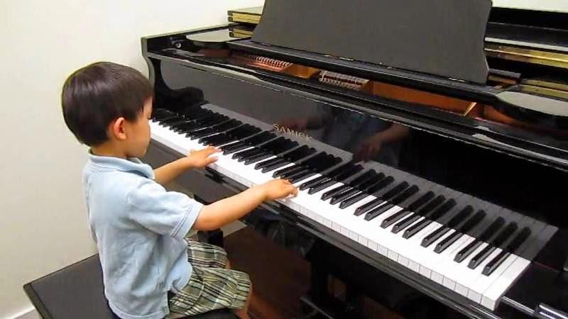 Foto bayi laki-laki keren bermain piano gratis