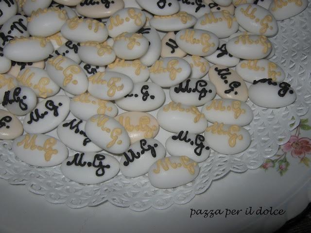 micro cakes segnaposto per un matrimonio insolito e confetti decorati