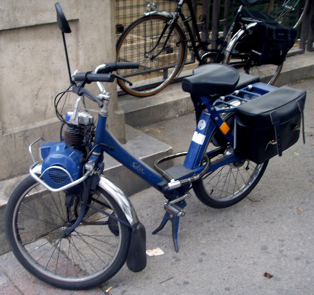 The Vélosolex has a small 49 cc motor mounted above the front wheel. Power is delivered via a small ceramic roller that rotates directly on the front wheel by friction to the tire.
