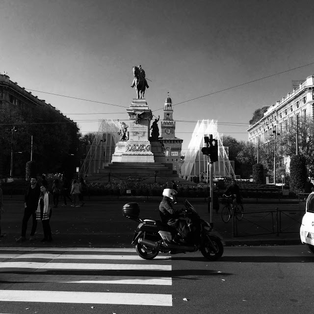 Piazza Cairoli Milano Black & White http://elisiroflife.blogspot.com