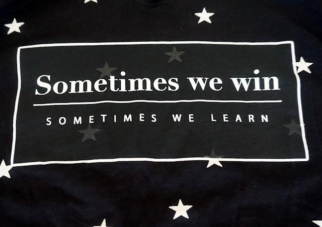 camiseta negra con mensaje
