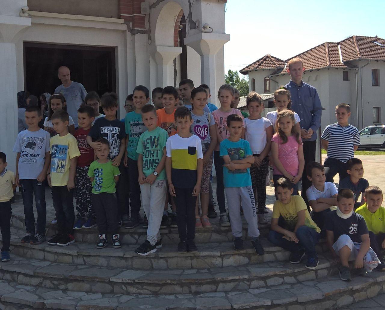 Вероучитељ са ученицима на празничној Литургији