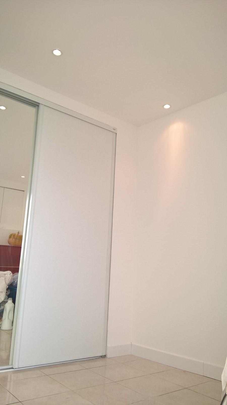 Plinthe plafond plinthe plafond cache fils plafond avec for Double plafond suspendu
