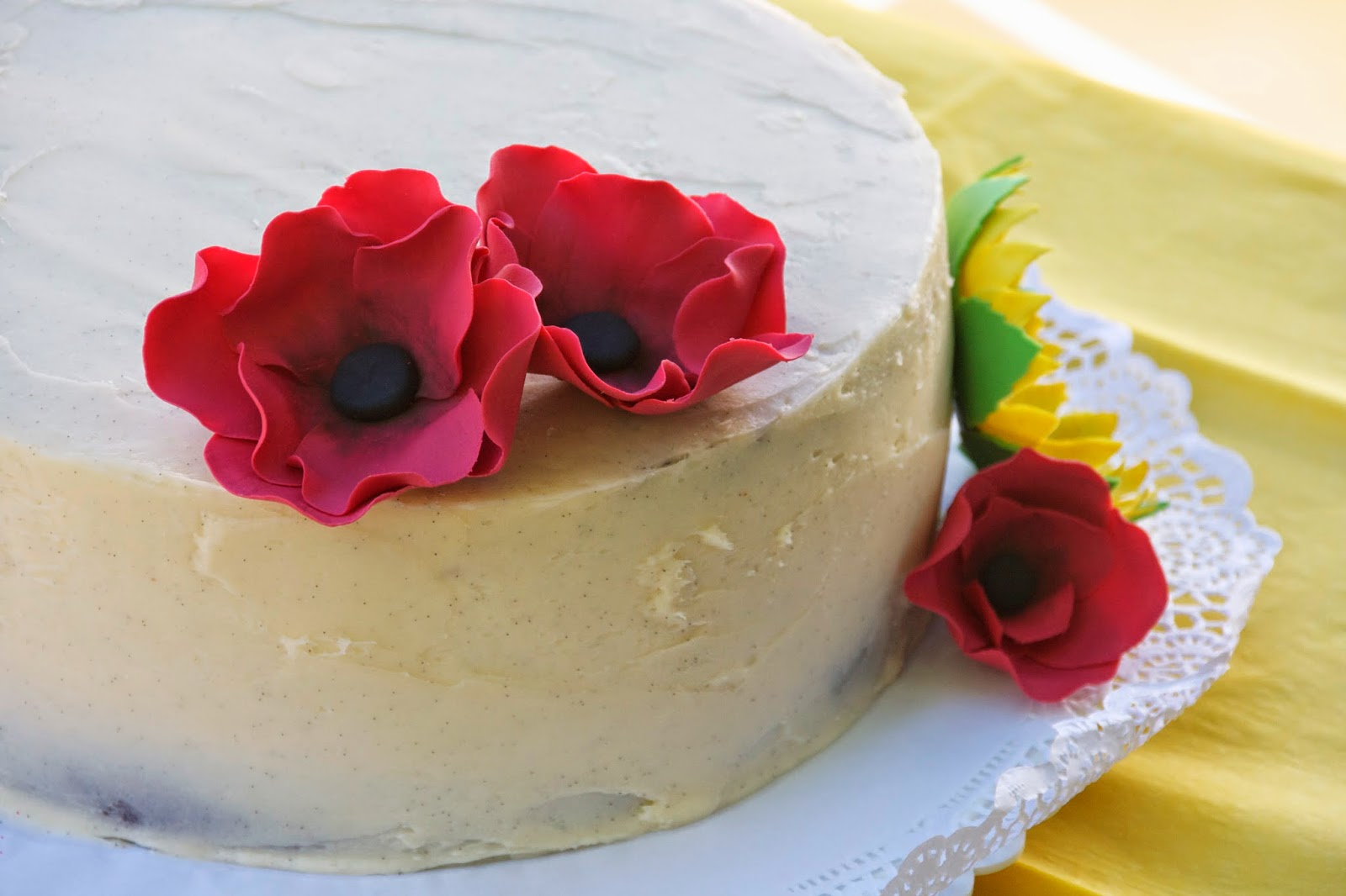 Tarta de vainilla decorada amb flors de sucre