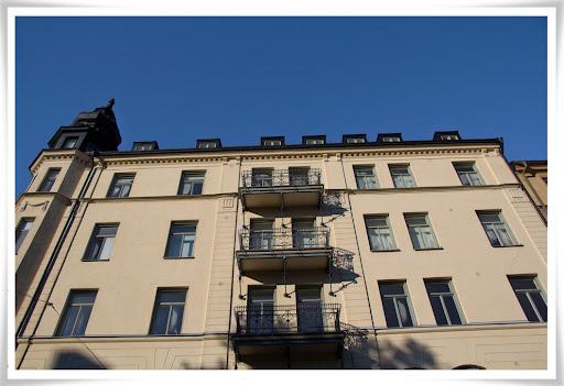 Toppenfina balkonger och skugga, och blå himmel