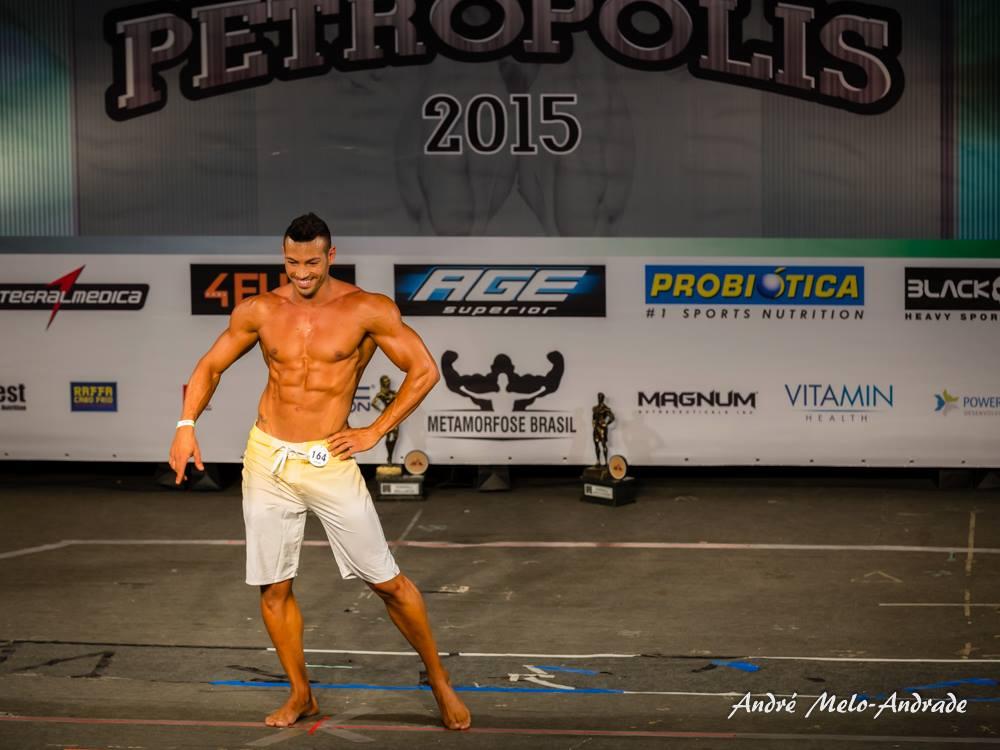 Breno Neves, esposo de Carla Carra, se apresenta no palco do Mr. Petrópolis 2015. Foto: André Melo Andrade