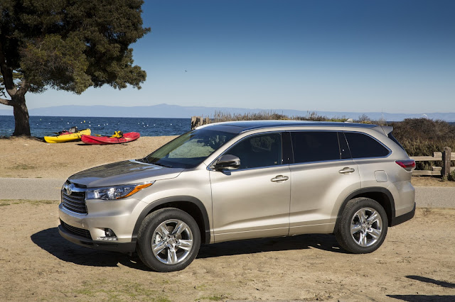 side view of 2015 Toyota Highlander
