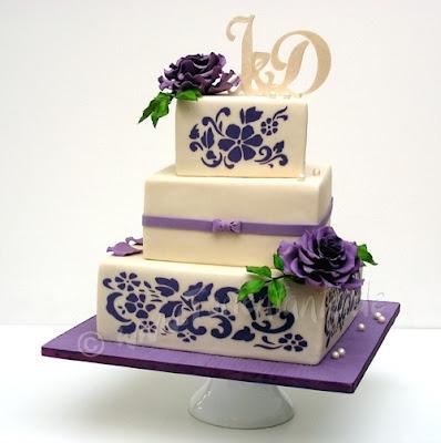 Hochzeitstorte mit lila Rosen