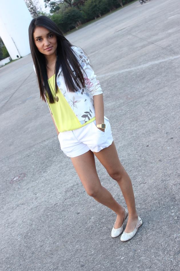 blusa neon, short branco, short com blazer, blazer le lis blanc, short daslu, look com neon