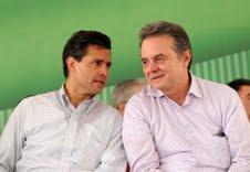 Enrique Peña Nieto y Pedro Joaquín Coldwell comentan los prospectos a diputados federales.