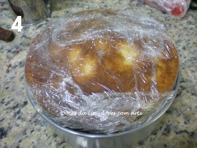 Cobrindo um bolo com pasta americana Luciana D'Agosto na Cozinha do Quintal