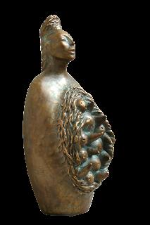 Statue style contemporain : Une mère très concentrée sur le fruit de ses entrailles: