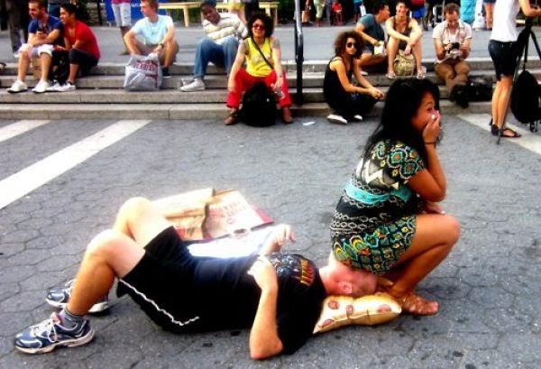 Ratusan Wanita Duduk di atas muka seorang lelaki