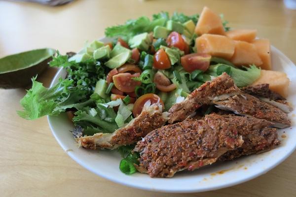 ruokaisa ja raikas lounassalaatti